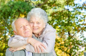 stock image - _lifestyle_old_couple_cuddle_trees