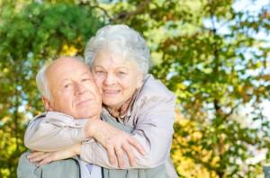 stock image - _lifestyle_old_couple_cuddle_trees